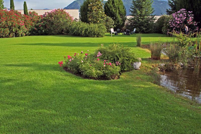 Realizzazione giardini per abitazioni private for Foto di giardini per villette